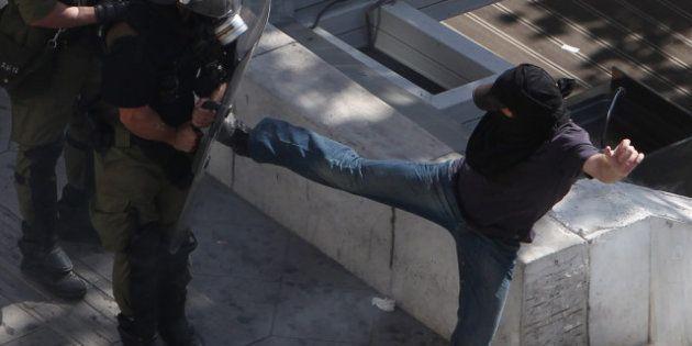 Sciopero generale in Grecia, duri scontri ad Atene. Morto un uomo di 66 anni, forse un infarto