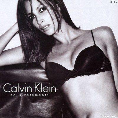 Christy Turlington a 44 anni posa per Calvin Klein. 25 anni fa la prima campagna della top model per...