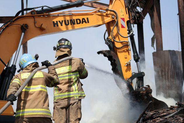5일 오후 강원도 고성군 토성면의 한 황태덕장에서 소방관들이 잔불을 정리하고