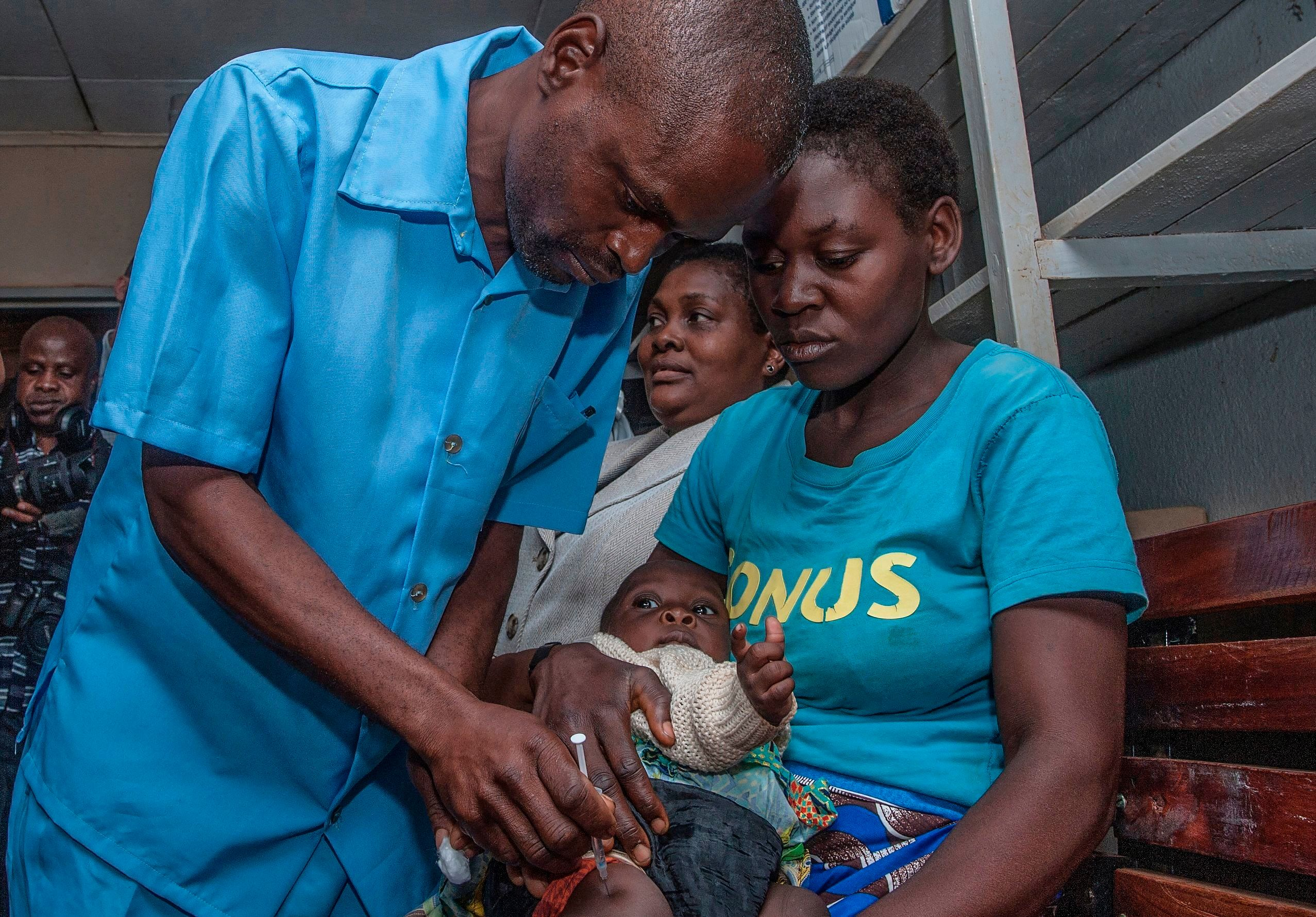 A Health Surveilance Assistant gives a dose of the Malaria Vaccinne into the first recipient on April 23, 2019 at Mitundu Community hospital in Malawi's capital district of Lilongwe on the first day of the Malaria vaccine implementation pilot programme in Malawi aiming to immunise 120,000 children aged two years and under to assess the effectiveness of the pilot vaccine and whether the delivery process is feasible. - Malawi spearhead today large scale pilot tests for the world's most advanced experimental malaria vaccine in a bid to prevent the disease that kills hundreds of thousands across Africa each year. After more than three decades in development and almost $1 billion in investment, the cutting-edge trial will be rolled out in Malawi's capital Lilongwe this week and then in Kenya and Ghana next week. (Photo by AMOS GUMULIRA / AFP)        (Photo credit should read AMOS GUMULIRA/AFP/Getty Images)