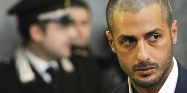 Fabrizio Corona: il paparazzo condannato a 5 anni è irreperibile e diventa latitante. L'appello della...