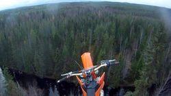 In volo con la moto sopra gli alberi. Quando l'impresa è estrema (FOTO,