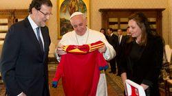 Il Papa incontra Rajoy, il regalo maglia della nazionale