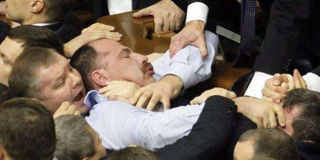 Ucraina, rissa in Parlamento nella prima seduta. C'è anche il partito del pugile Vitali Klitschko (FOTO,