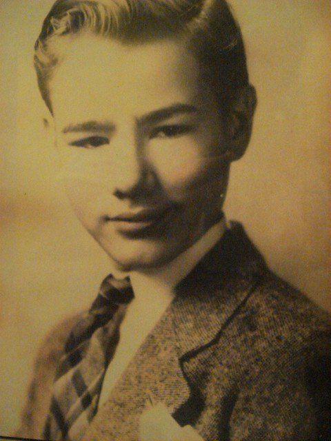 Il giovane Andy Warhol: viso pulito e capigliatura perfetta. La sorprendente trasformazione del genio...