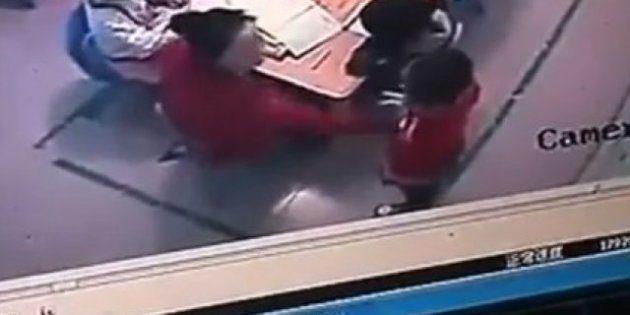 Cina, video shock: maestra schiaffeggia i piccoli alunni se sbagliano le risposte. Li colpisce 120 volte...