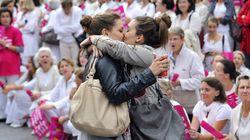 Il bacio di Marsiglia: la foto di due ragazze che si abbracciano a una manifestazione anti-matrimonio gay diventa di culto. E...