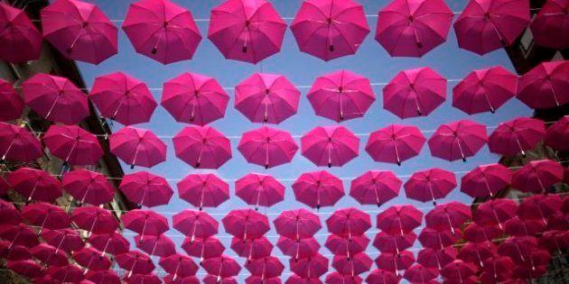 Gli ombrelli nel cielo di Sofia per la lotta contro il cancro