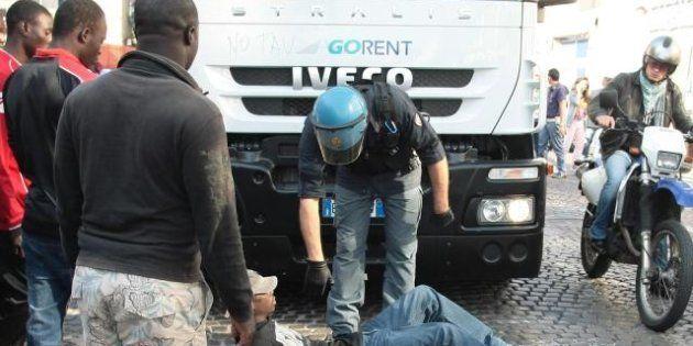 Assalto all'ufficio immigrazione di Napoli, venti agenti