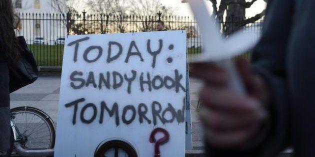 Strage scuola Usa: Le 3 pistole usate da Adam Lanza erano della madre. Manifestazioni per frenare la...