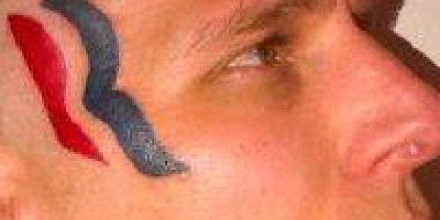 Si fa tatuare il logo di Mitt Romney in testa. Per 5mila dollari diventa la sua mascotte non ufficiale