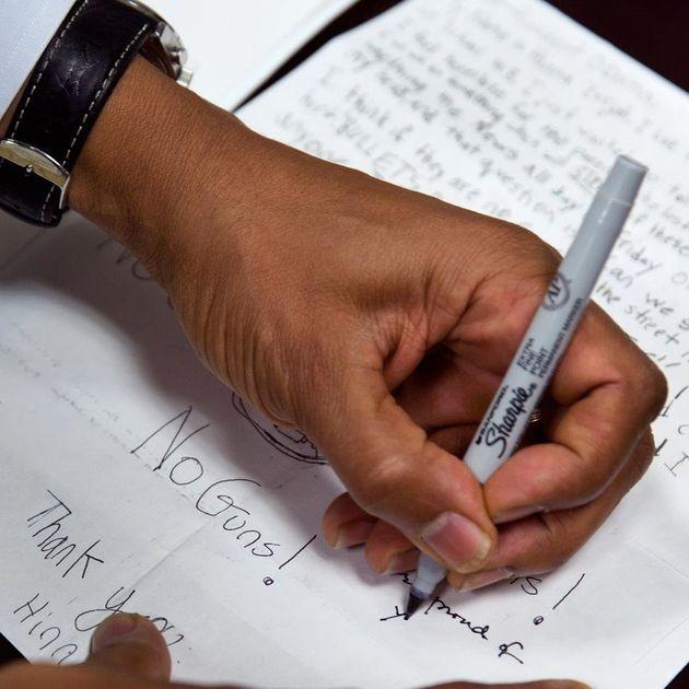 Barack Obama contro le armi, chiede aiuto su Facebook per la sua