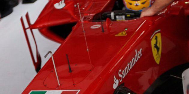 L'India contro la bandiera della Marina sulla Ferrari: