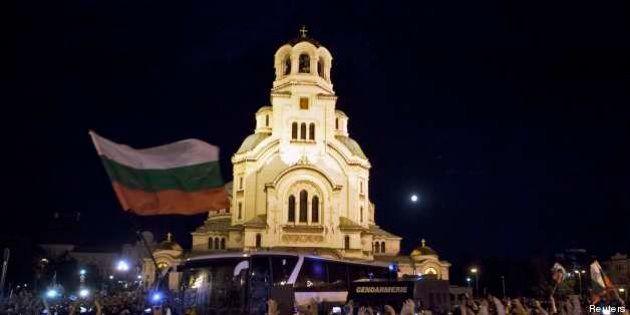 Bulgaria, notte d' assedio al Parlamento. Venti feriti in scontri tra polizia e manifestanti antigovernativi