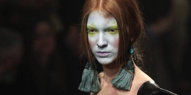 Moda, a Parigi sfila la principessa medievale di Vivienne Westwood. Bianco e nero da Victor&Rolf, colori...