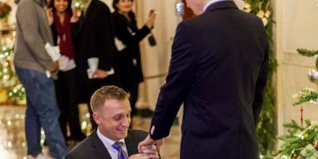 La prima proposta di matrimonio gay alla Casa Bianca: il capitano dei Marine, Matthew Phelps, chiede...