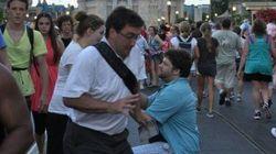 Un uomo rovina la foto di una proposta di matrimonio. Il web lo