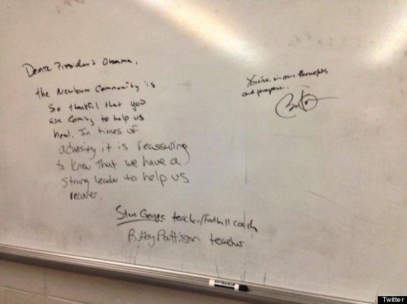 Strage di Newtown, Barack Obama scrive sulla lavagna della scuola: