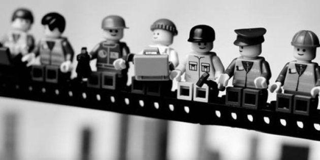 Da Cartier-Bresson a Robert Capa: gli scatti celebri ricostruiti con i Lego da Mike Stimpson