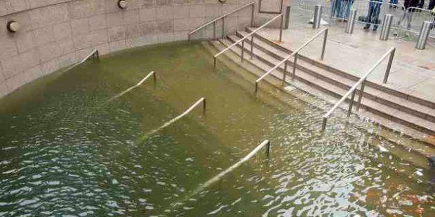L'uragano Sandy devasta New York. 15 morti nello stato di New York, 33 in tutto il Paese. 8 milioni senza...