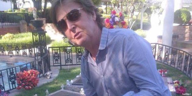 Paul McCartney lascia una chitarra sulla tomba di Elvis: