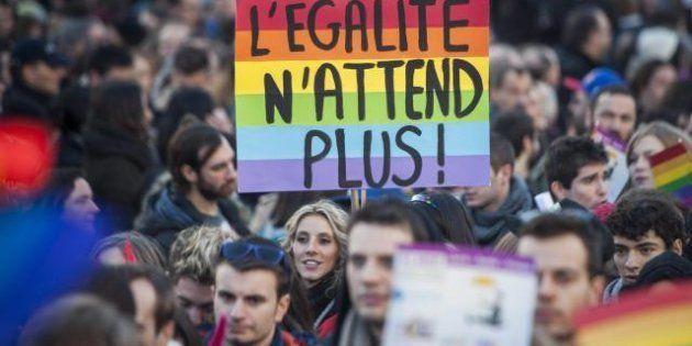 Nozze gay: Parigi arcobaleno, sfilano in migliaia per il sì. Martedì la legge arriva in Parlamento