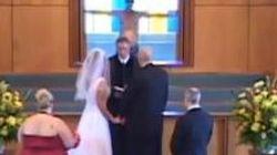 C'è un uomo nudo sull'altare