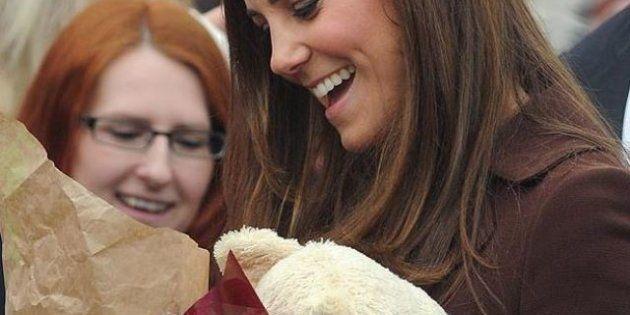 Kate Middleton aspetta una bambina? La duchessa di Cambridge accetta un peluche e dice