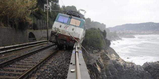 Maltempo in Liguria, disgai nella regione. Deraglia un treno ad Andora: 2 feriti. Bloccata linea