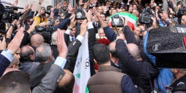 Gianfranco Fini contestato ai funerali di Pino Rauti. il presidente della Camera costretto a lasciare...