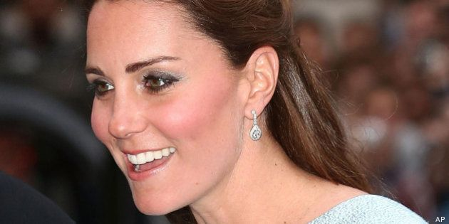 Kate Middleton visita National Portrait Gallery: in blu e con la pancia in vista