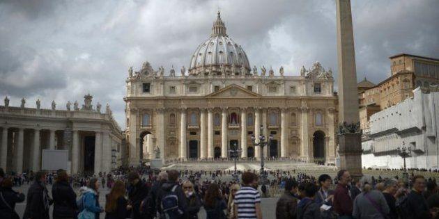 Conclave 2013, gli ultimi preparativi: domani si attende la fumata nera, prove generali sotto la pioggia