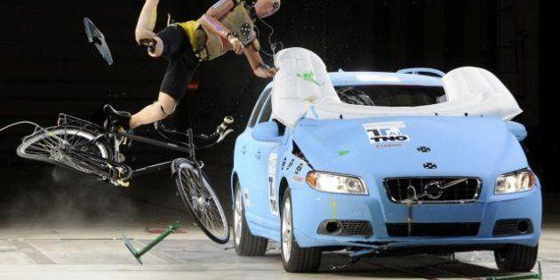 Sulle auto l'airbag per ciclisti e pedoni: in Olanda i primi esperimenti hanno avuto successo (FOTO,