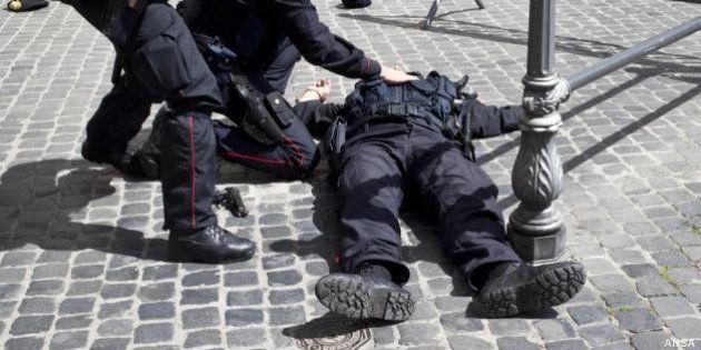 Davanti Palazzo Chigi lo sfogo di due carabinieri: è il gesto di un disperato, ma la gente non ne può...