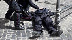 Davanti Palazzo Chigi lo sfogo di due carabinieri: è il gesto di un disperato, ma la gente non ne può più e se la prende con
