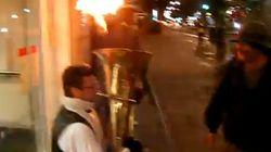 C'è chi suona la tuba in fiamme