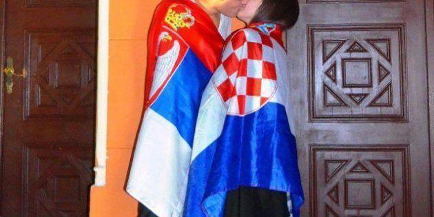 Il bacio serbo-croato per la pace dei Balcani invade il web