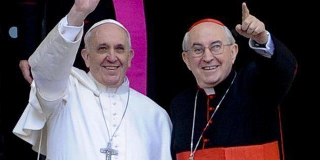 Papa Francesco e la croce di ferro: anche il cardinale Agostino Vallini abbandona l'oro, cambio di stile...