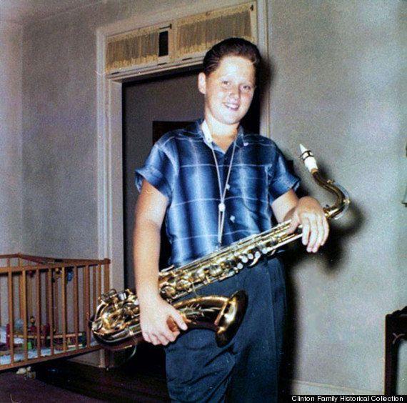 Un giovane Bill Clinton fotografato mentre suona il sassofono: la passione antica dell'ex presidente...