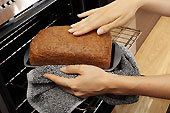 Il pane ai tempi della crisi conviene farlo in casa, con