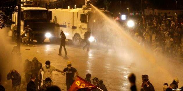 Turchia: scontri a Istanbul e Ankara, 24 arresti per tweet di sostegno a manifestanti (FOTO,