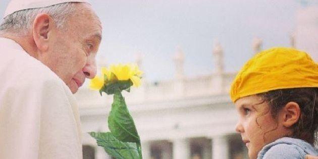 Papa Francesco regala un assegno di 200 euro a un senza dimora. E saluta i fan su Facebook