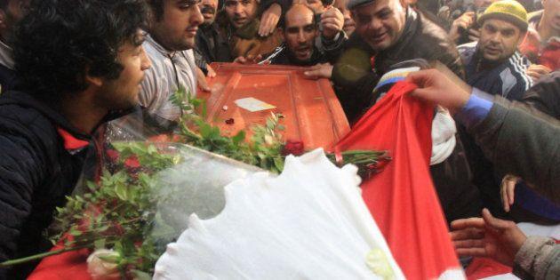 Tunisia: migliaia di persone al funerale di Chokri Belaid, il Paese paralizzato dallo sciopero generale...