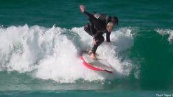 Dalla sedia a rotelle al surf, sulle spalle di un amico
