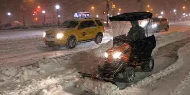 New York è sotto la neve. La tempesta Nemo ha già fatto una vittima (FOTO,
