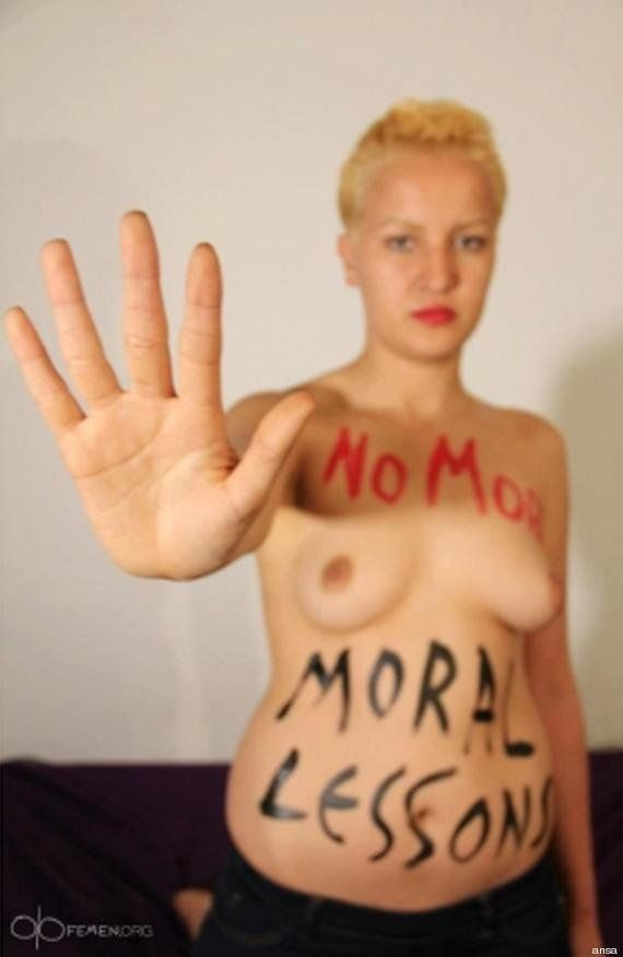 Amina: nuova foto a seno nudo, la giovane attivista tunisina non si arrede... e cambia look (FOTO,