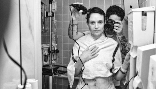 Fotografa la moglie malata di cancro al seno.