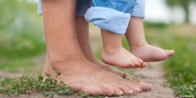 Camminare a piedi nudi per riconnettersi con la Madre Terra, tutti i benefici dell'earthing (FOTO,
