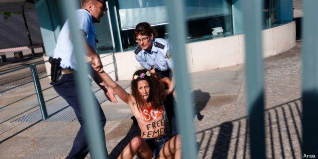 Femen: protesta a Berlino per la liberazione di Amina. Interviene la polizia, tre fermi