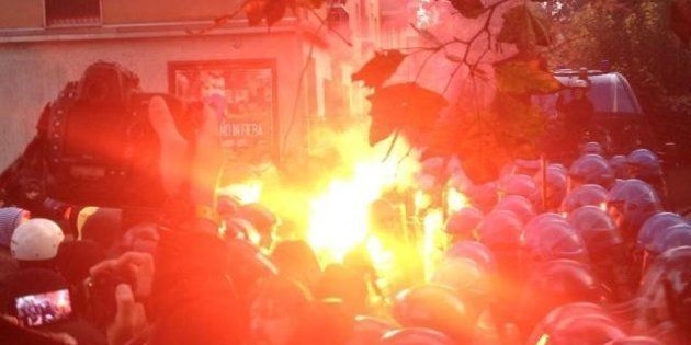 Monti contestato alla Bocconi: fumogeni e scontri con la polizia